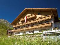 Alpengasthof Praxmar mit Sommerwiese