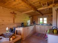 Küche mit Holzofen zum Heizen und Kochen