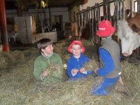 Kinder im Stall