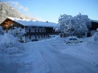 Hofeinfahrt im Winter