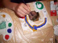 Clemens malt den Wildbach mit Staudamm auf seinem Elebnisspiegel