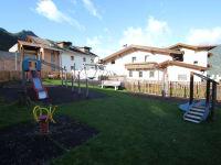 Spielplatz mit Klettergerüst, Schaukeln,..