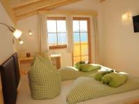 großzügig, hell, direkter Balkonzugang, Möbel, Dachstuhl, Boden aus Vollholz, Zimmer2 Dolomitenblick