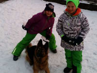 Hannah und Finn beim Spielen mit Kira