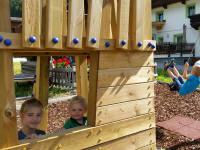 Kinderspielplatz direkt vorm Haus