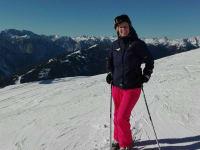 Gastgeberin beim Schi fahren