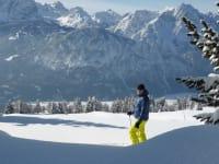 Gastgeber beim Schi fahren