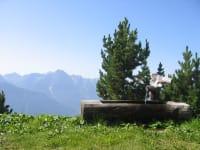 Glasklares Quellwasser sprudelt im Sommers  aus dem Brunnen neben der Hütte