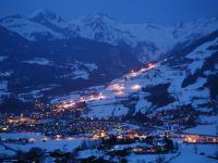 Blick vom Haus auf Matrei bei Nacht mit beleuchteter Schipiste