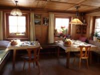 Frühstück gibt es in der alten Bauernstube