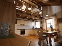 Blick zur Galerie und Küche