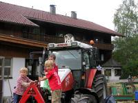 Traktorfahren macht ja soviel Spass... ob Bauer Marco wohl Teit hat für uns?
