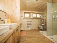 Badezimmer mit altholz eingerichtet