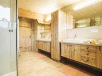 Badezimmer mit 2 Duschen und 4 Washbeckenn