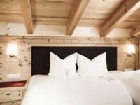 Schlafzimmer mit heimischen Holz eingerichtet
