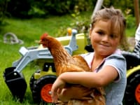 Hannah mit Hertha dem Huhn