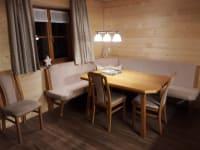 Eckbank mit Stühlen in der Wohnküche
