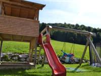 Spielplatz:Kletterhaus, überdachter Sandkasten, Rutschbahn, Nestschaukel, Trampolin