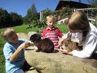 Kinder mit Häschen