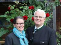 Wir, Angela und Jakob freuen uns, Sie auf unserem Hof begrüßen zu können.