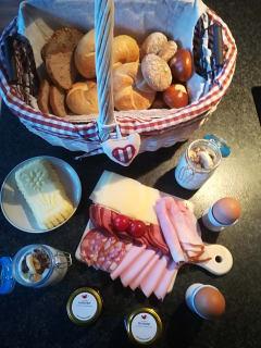 Frühstückskorb mit selbstgemachten und regionalen Produkten