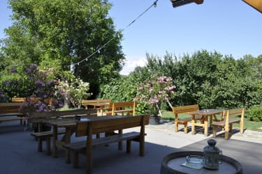 blumengeschmückter Gastgarten
