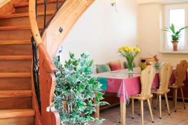 Stiegenaufgang zu den Zimmern mit Sitzecke