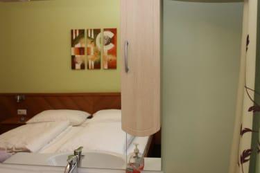 Familienbereich - 2 Doppelzimmer mit gemeinsamer Dusche/WC