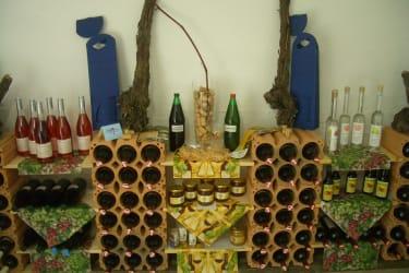 Wein, Traubensaft, Honig etc. finden Sie im Kellerraum