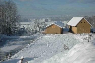 Gästehaus mit Teich im Winter