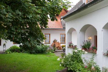 Innenhof mit Arkaden