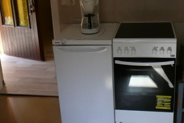 Kühlschrank / E Herd mit Backofen und Kaffeemaschine