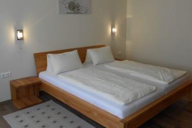 Doppelbettzimmer mit Couch