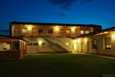 gästehaus bei nacht