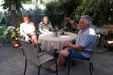 Weinverkostung im Garten