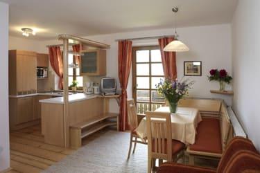 Wohnraum mit Küche, Esseckbank, Wohnzimmergarnitur und SAT-TV