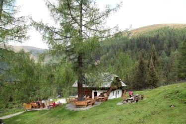 gemütliches Jausnen vor der Hütte