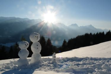 Schneemann grüßt Schneefrau