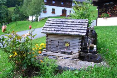 Kinder lieben es bei der kleinen Wassermühle