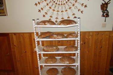 Frisch gebackenes Brot aus dem Kachelofen