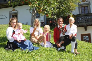Unsere junge Familie unterm Apfelbaum