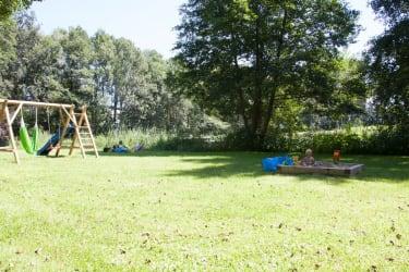 Große Liegewiese mit Kinderspielplatz