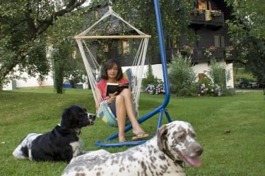 Lesend im Garten mit Sammy und Spike