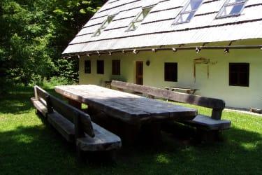 Großer Tisch im Garten