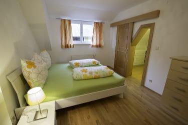 Schlafzimmer mit begehbarem Kleiderschrank Ferienwohnung Erholung pur