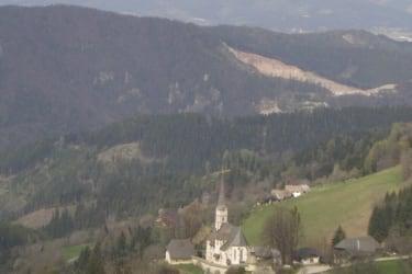 Der Blick von der Hütte aus auf die alte Wehrkirche in Hochfeistritz