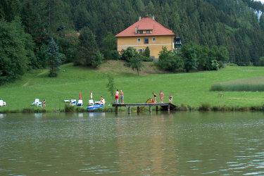 Ansicht Badeteich und Haupthaus