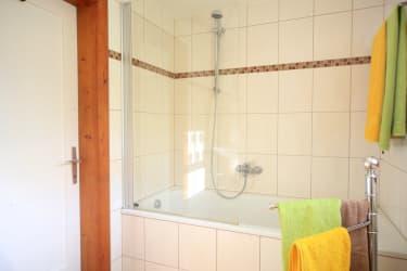 Badezimmer mit Badewanne/Dusche + WC