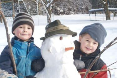 Winter Kinder und Schneemann