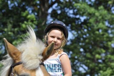 Kleines Kind auf Pferd Haberlehof